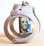 Dollars et menottes comme symbole abstrait des crimes financiers photos libres de droits