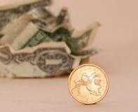 Dollars et pièce de monnaie d'or Images stock