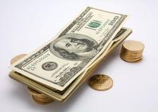 Dollars et pièces de monnaie image stock