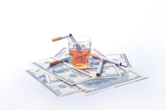 Dollars et whiskey de cigarette Photographie stock