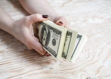 Dollars in handen Stock Foto's