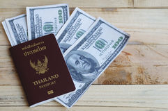 100 dollars met paspoort Stock Fotografie