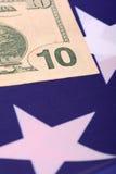 Dollars op Amerikaanse vlag Stock Foto
