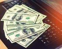 Dollars op het toetsenbord, het concept het kopen op Internet, investering, succes, het gokken Internet-fraude, langbenige inkome royalty-vrije stock afbeelding