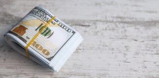 dollars op houten achtergrond stock afbeelding