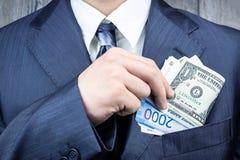 Dollars, roubles dans votre poche image stock