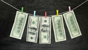 100 dollars sèchent sur la corde à linge Images libres de droits