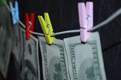 100 dollars sèchent sur la corde à linge Images stock