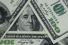 100 dollars sont arrangés sous forme de triangle Images libres de droits
