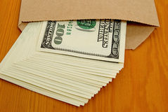 Dollars sous enveloppe. Photo stock
