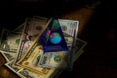 Dollars sur la vieille table avec le globe concept de course photos libres de droits