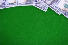 Dollars sur le fond vert de feutre de casino Image libre de droits