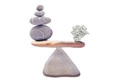 100 dollars sur les roches de équilibrage Photo libre de droits