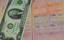 2 dollars US dans le passeport russe avec la sortie encadrent des joints Photo stock
