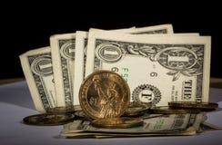 Dollars US et pièces de monnaie photographie stock libre de droits