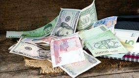 Dollars US, factures gagnées et euro coréennes et quelques factures et billets de banque d'argent Photo libre de droits