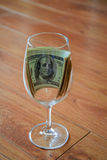Dollars in wijnglas Stock Afbeelding