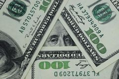 100 dollars worden geschikt in de vorm van een driehoek Stock Foto's