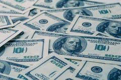 Dollarsachtergrond, hoop van honderd rekeningen van het de dollarbankbiljet van de V.S., veel Amerikaans contant geldgeld Royalty-vrije Stock Afbeeldingen