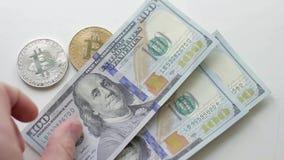 100 dollarsbankbiljetten die hand bitcoins achtergrond tellen stock footage