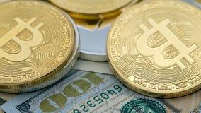 Dollarschein über 100 körperliches Metallgoldener Bitcoin-Währung btc stockfotos