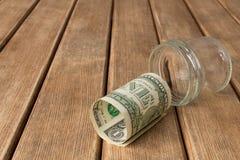 Dollarschein auf einem Holztisch Letzter Dollar Das Konzept von pov Lizenzfreie Stockfotos