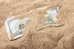 100 Dollarschein begraben Lizenzfreies Stockfoto