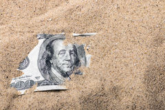 100 Dollarschein begraben Lizenzfreie Stockfotografie