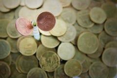 Dollarschein, der im Boden wächst Lizenzfreies Stockbild
