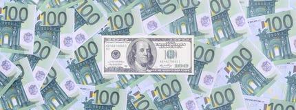 100 Dollarschein ist Lügen auf einem Satz der grünen Währungsbezeichnung Stockfotos