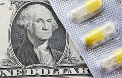 1 Dollarschein mit Tabletten Stockbild