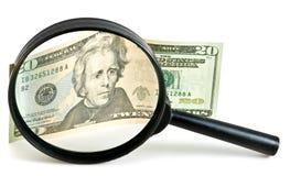 Dollarschein unter Vergrößerungsglas Stockfotos