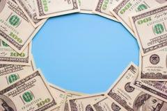 100 Dollarscheine auf dem blauen Hintergrund Stockfotos
