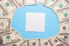 100 Dollarscheine auf dem blauen Hintergrund Lizenzfreie Stockfotografie