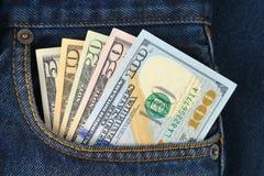 Dollarscheine in der Tasche von Jeans Lizenzfreie Stockbilder