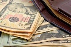 Dollarscheine in einer Geldbörse mit Geldhintergrund Stockbilder