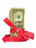 Dollarscheine gebunden in rote Farbbänder Lizenzfreie Stockfotos
