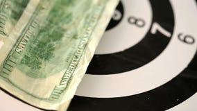 Dollarscheine geworfen auf ein spinnendes Ziel stock video footage