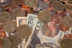 Dollarscheine mit Münzenhintergrund Stockfoto