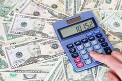 Dollarscheine und Taschenrechner Stockfotos