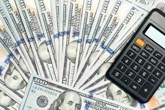 100 Dollarscheine und Taschenrechner Stockfoto