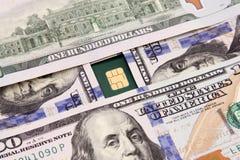 Dollarscheingeld mit Kreditkarte Stockfoto