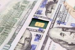 Dollarscheingeld mit Kreditkarte Stockfotos