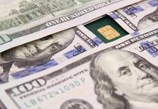 Dollarscheingeld mit Kreditkarte Lizenzfreie Stockbilder