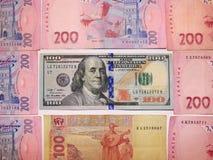 Dollarschrapping door waarde van 100 en grivnas Stock Afbeelding
