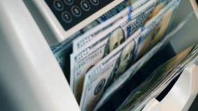 Dollarsedlar flyttar sig inom av en räknande apparat stock video