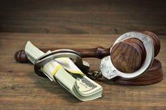 Dollarsedlar, handbojor och domareauktionsklubba på den wood tabellen Arkivfoto