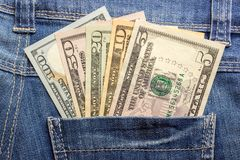 Dollarsedlar i fick- closeup för jeans äganderätt för home tangent för affärsidé som guld- ner skyen till blåa pengar för jeans f Royaltyfria Bilder