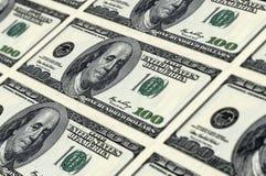100 dollarsnota's die op blad worden afgedrukt Stock Fotografie