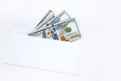100 dollarsrekeningen in een envelop die op witte achtergrond wordt geïsoleerd Stock Afbeelding